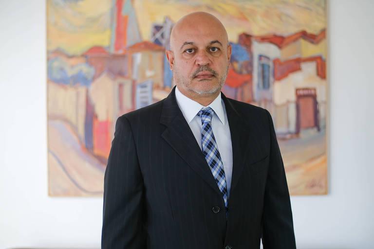 O vice-procurador geral eleitoral, Renato Brill de Goés, posa para fotos em sua casa, em Brasília.