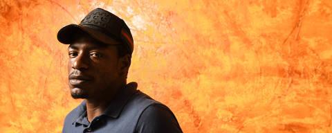 SÃO PAULO / SÃO PAULO / BRASIL - 18 /03/21 - :00h -  Wilson Rosa, um camelô negro que foi pego por um policial na rua e fotografado. O policial enviou a foto à mulher dele, que reconheceu o rapaz, apesar de ele estar a muitos quilômetros do local do crime. O crime foi levado para a delegacia onde o tal policial trabalhava. Ele ficou pouco mais de um mês preso.  Wilson foi inocentado, entrou com ação na Justiça e o juiz negou indenização e disse até que o caso foi resolvido de maneira rápida. Wilson conversa com a reportagem no quarto dos filhos Wilson posa para foto em frente a parede que pintou na sala de casa ( Foto: Karime Xavier / Folhapress) . ***EXCLUSIVO***COTIDIANO