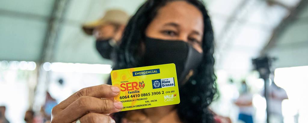 Entrega de cartões do SER Família Emergencial