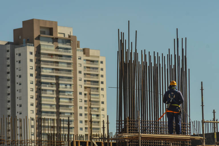 Operário trabalha em construção de obra