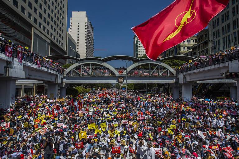 Milhares de pessoas protestam contra regime militar em Rangoon, maior cidade de Mianmar