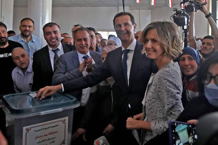 Ao lado da mulher, Asma, o ditador  Bashar al-Assad vota na cidade de Douma nesta quarta