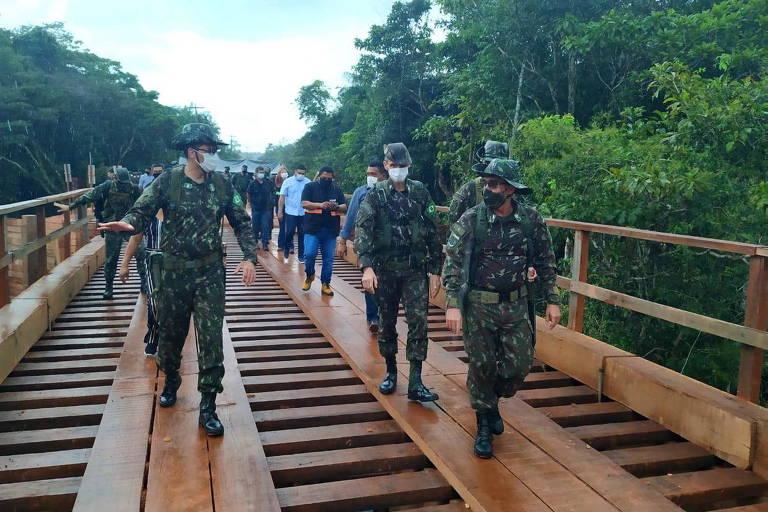 Ponte de madeira em São Gabriel da Cachoeira (AM) feita e inaugurada pelo Exército em março