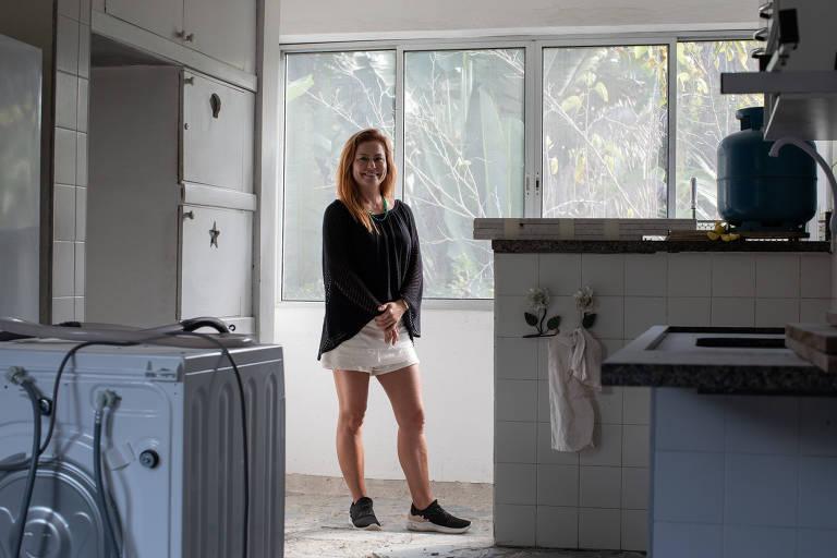 Mulher em pé em cozinha em reforma