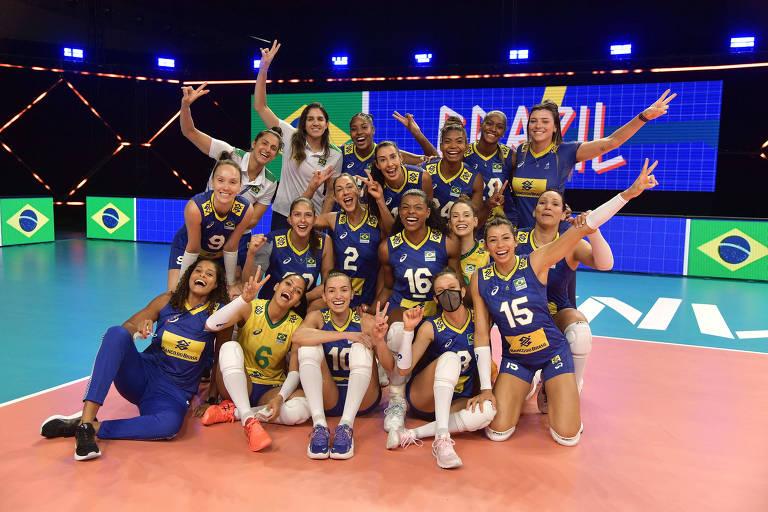 Seleção brasileira comemora vitória sobre República Dominicana, pela Liga das Nações