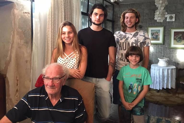 O engenheiro Antonio Pescarini, que morreu aos 90 anos na última sexta-feira (21). Na foto, Antonio com os netos Larissa, Thales, Henrique e Enzo
