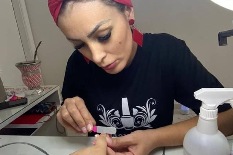 Andressa Urach trabalha como manicure e quer abrir salão de beleza no RS