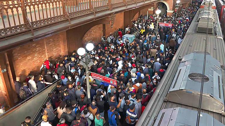 Passageiros se aglomeram em plafatorma à espera de trem