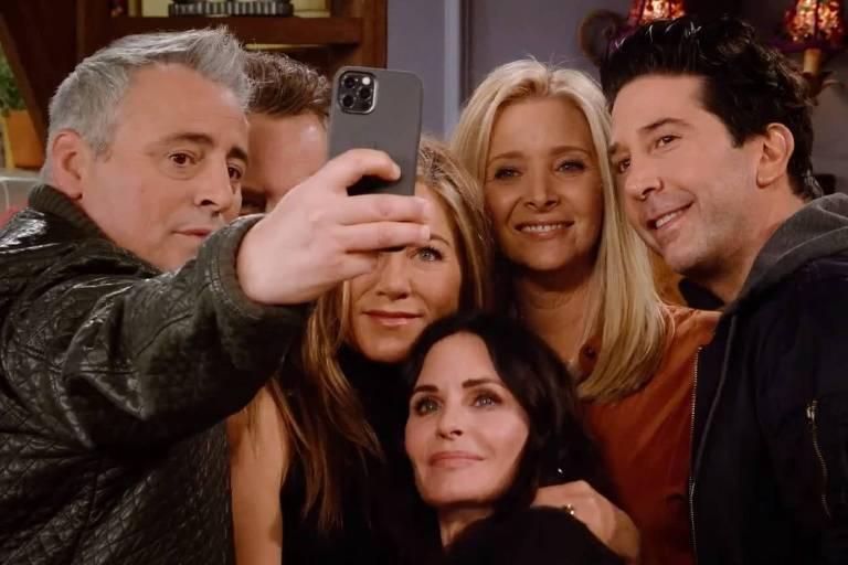 seis pessoas tiram uma selfie