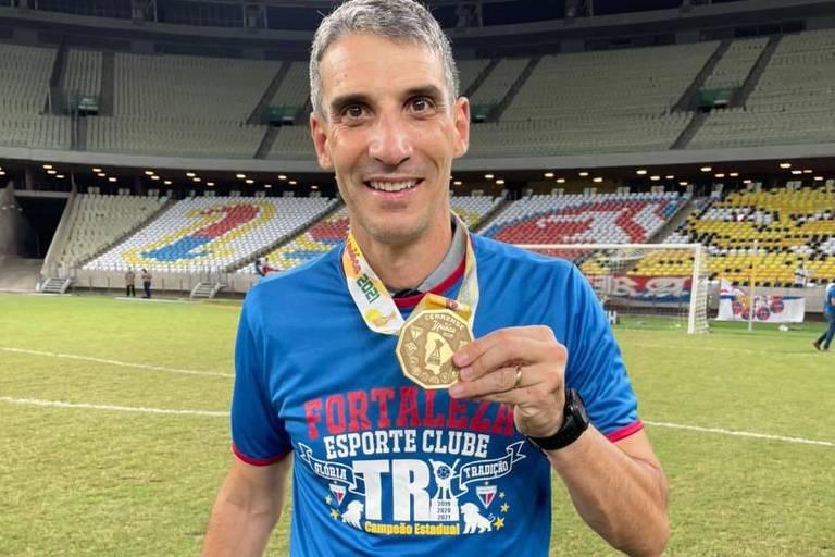 Vojvoda com a medalha de campeão estadual