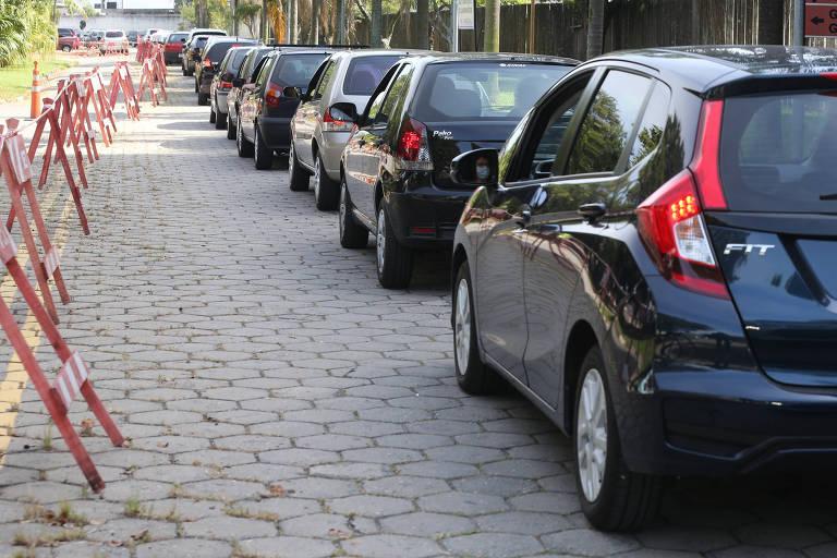 Fila de carros em drive-thru de vacinação na cidade de Santo André, no ABC