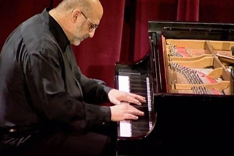 O médico que virou pianista e compositor após ser atingido por um raio