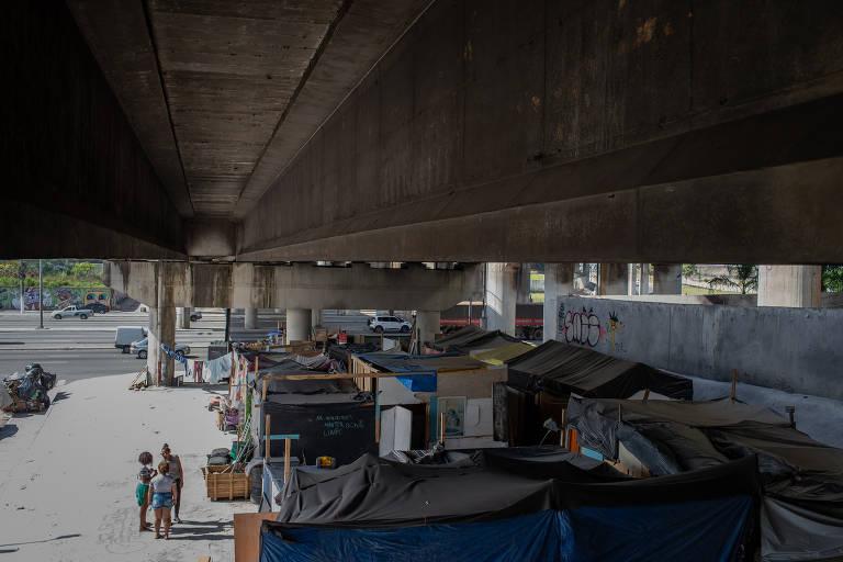 Favela surge sob viaduto no Tatuapé após retirada de pedras