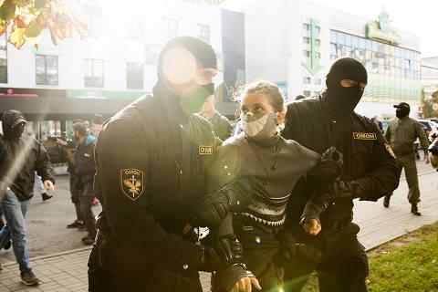 FOTO CEDIDA PARA MATÉRIA SOBRE EXPOSIÇÃO. NÃO USAR EM OUTRAS MATÉRIAS. Manifestante é arrastada por policiais mascarados e sem identificação durante repressão a protesto antiditadura em Minsk, em foto da belarussa Irina Arakhouskaia que faz parte de exposição planejada para o segundo semestre em Brasília, ,