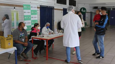 SAO PAULO, SP, 15/05/2021, BRASIL - DIA D DA VACINACAO CONTRA A GRIPE - 09:15:12 - Neste sabado (15), os mais de 460 postos de vacinacao instalados nas escolas e estabelecimentos de ensino da cidade de Sao Paulo estarao abertos das 8h as 17h para o Dia D da vacinacao contra a gripe. Geral da vacinacao na EMEF Chiquinha Rodrigues, em Campo Belo, zona sul. (Rivaldo Gomes/Folhapress, NAS RUAS)