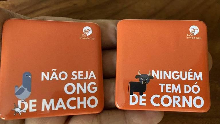 Dois imãs laranjas lado a lado, em um está escrito 'não seja ong de macho' e no otro 'ninguém tem dó de corno'