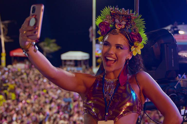 'Carnaval' mostra jovem que aproveita a folia na Bahia após brigar com namorado