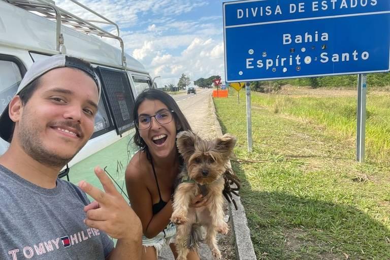 O casal Gustavo e Juliana e seu cachorro Skol, ao lado da Kombi Cremilda