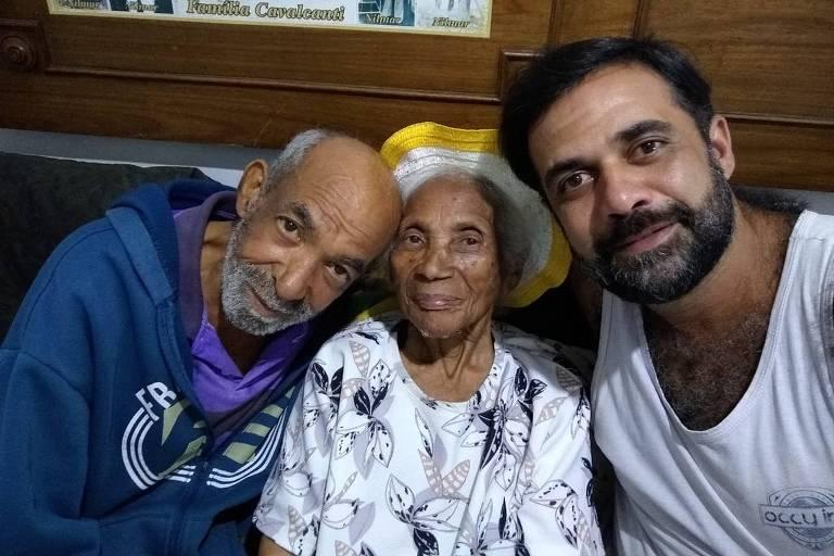 Benedito Edivaldo de Castro (1960-2021) com a mãe Elisa e o companheiro Marcelo (à dir.)
