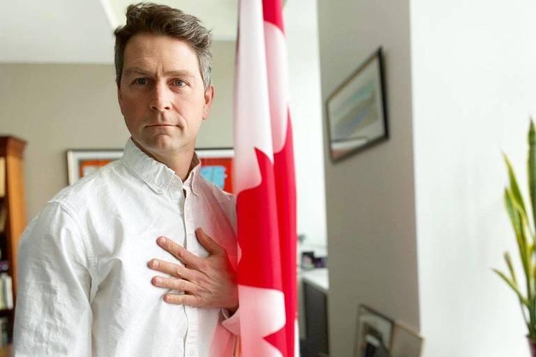 Parlamentar canadense que já apareceu nu é flagrado urinando em sessão