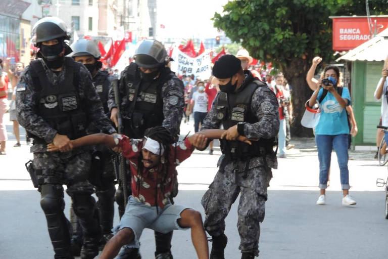 Manifestação contra Bolsonaro no Recife é encerrada com bombas e correria; veja vídeo