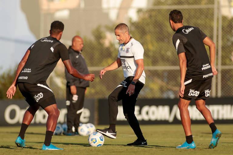 Sylvinho, com a bola no pé, comanda treino do Corinthians para a estreia no Brasileiro