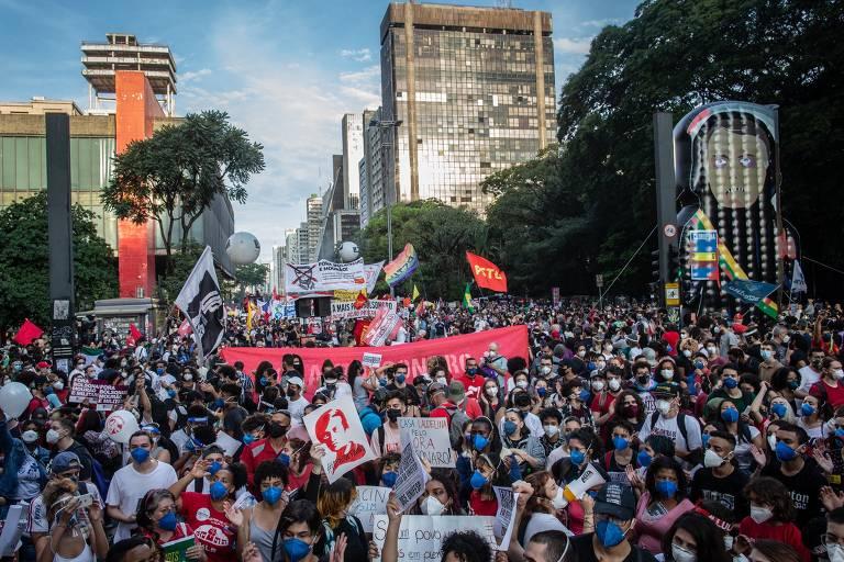 Pessoas aglomeradas e quase todas com máscara em protesto contra Bolsonaro na avenida Paulista
