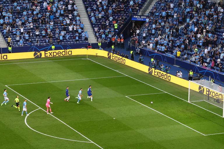 Kai Havertz toca para o fundo gol, sem goleiro, para marcar o gol do título do Chelsea