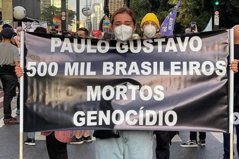 Mônica Martelli homenageia Paulo Gustavo; veja famosos nos atos contra Bolsonaro
