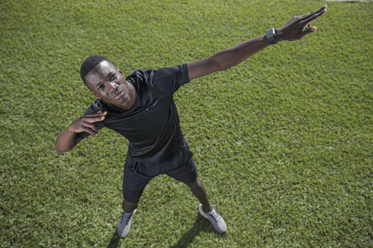 Alexsandro Melo, conhecido como Bolt brasileiro, faz a tradicional pose do atleta jamaicano