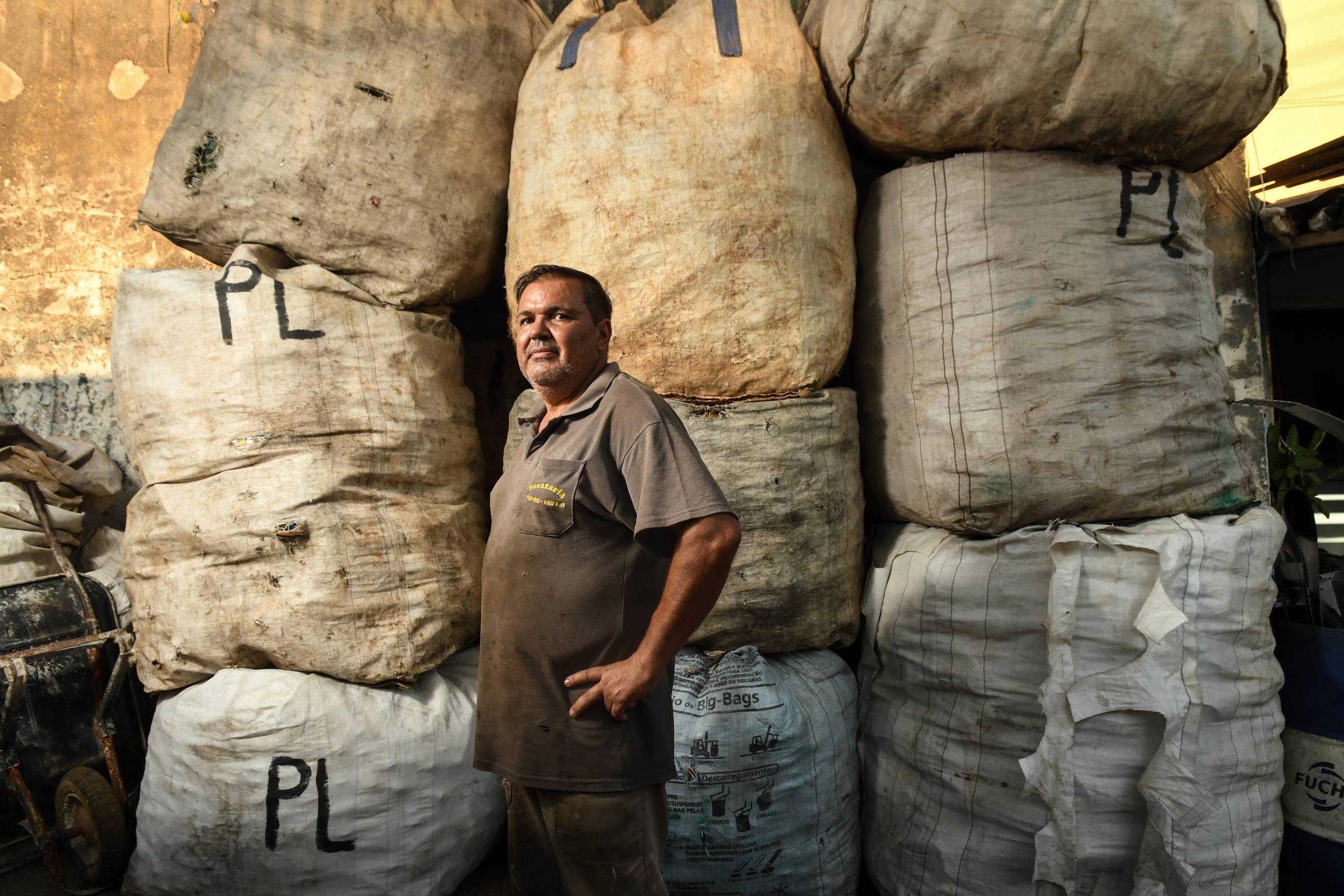 Paulo Pereira, que trabalha comercializando itens de ferro-velho, foi preso por tráfico de drogas e depois absolvido