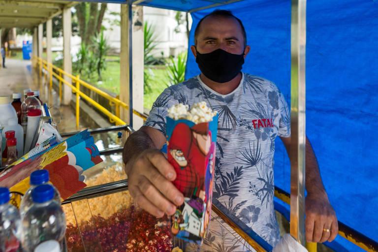 Francisco Estrela Filho, 37 anos, com seu carrinho de pipoca em frente ao Hospital Mandaqui, na zona norte da capital paulista; família de pipoqueiros domina o comércio do produto em SP
