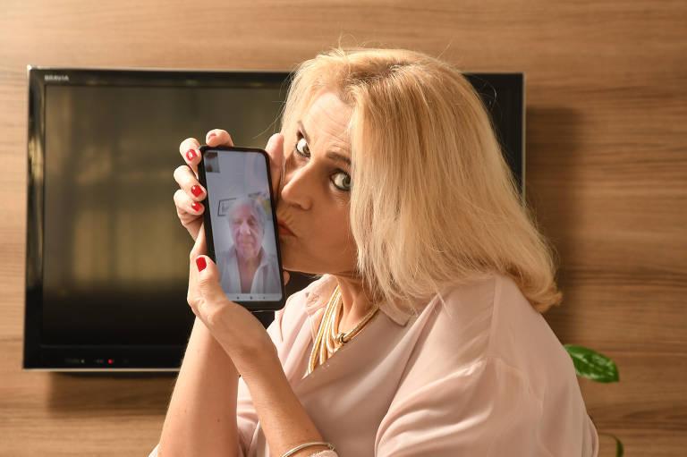 Lilian Tavares, 52, faz chamadas de vídeo com o namorado francês, Pierre Innocenti, 66