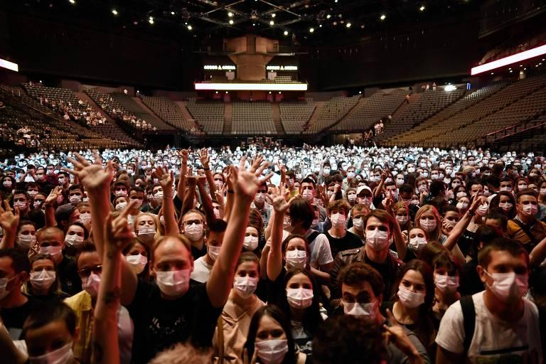Show em Paris reúne milhares de pessoas para evento-teste de Covid-19