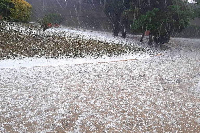 Ruas ficam cobertas de gelo após temporal com granizo em Jundiaí (SP)