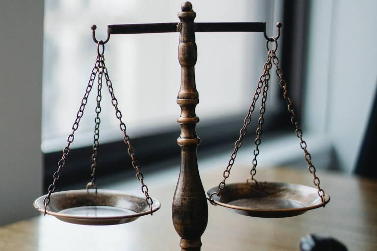 A balança é atribuída ao significado de justiça