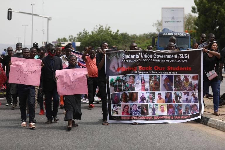 Manifestantes e familiares participam de protesto em Abuja, capital da Nigéria, contra a alta de sequestros no país