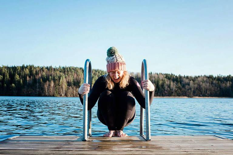 A natação de inverno é uma tradição em vários países europeus, como a Suécia, onde esta menina está prestes a entrar em um lago