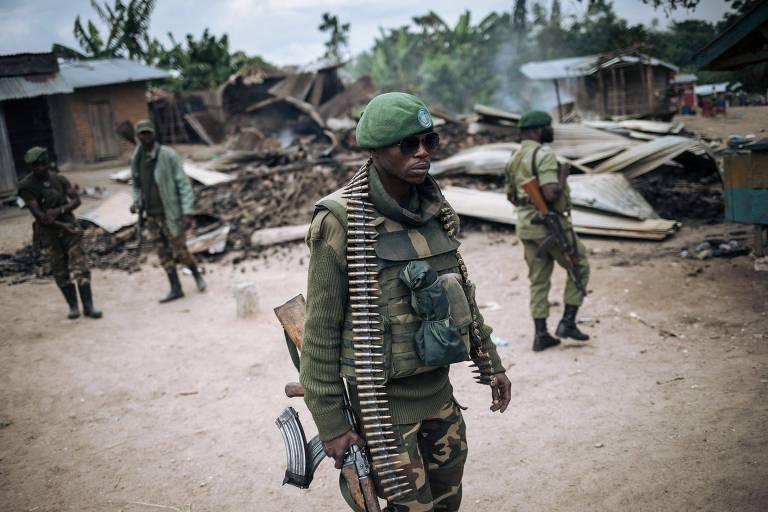 Soldados patrulham vilarejo que foi alvo de ataque do grupo Forças Aliadas Democráticas, em 2020