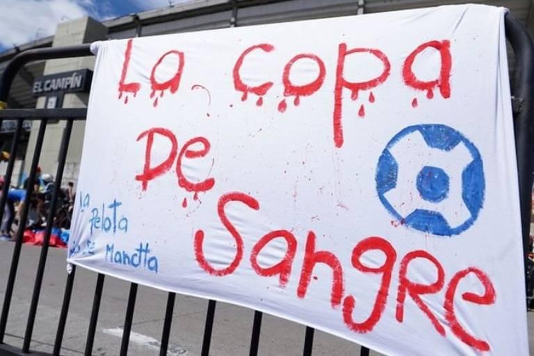 Cartaz em frente a estádio El Campin, em Bogotá, protesta contra plano de realização do evento na Colômbia
