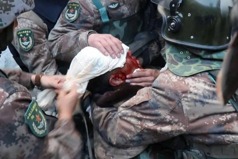 Imagem tirada de vídeo mostra soldado chinês ferido recebendo atendimento médico de seus companheiros no conflito na fronteira entre China e Índia no vale do Galwan, em junho de 2020
