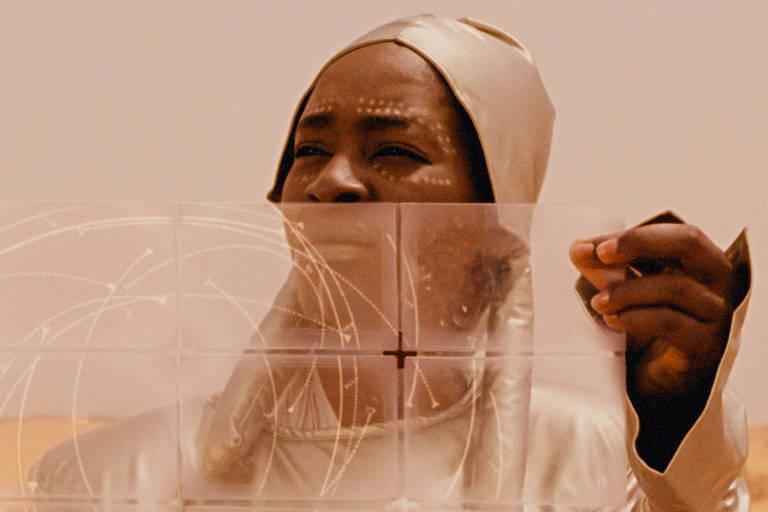 Mulher negra olha mapa digital