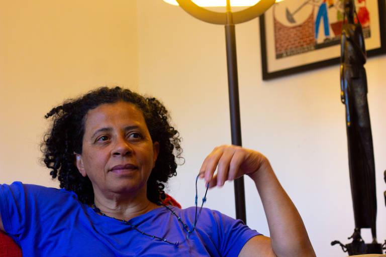 A escritora Marilene Felinto com óculos na mão
