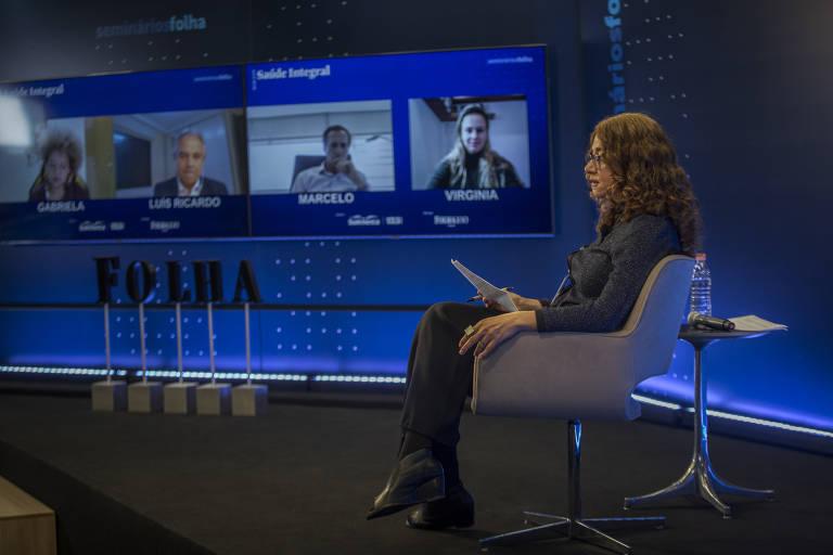 A repórter especial Cláudia Collucci fez a mediação dos debates