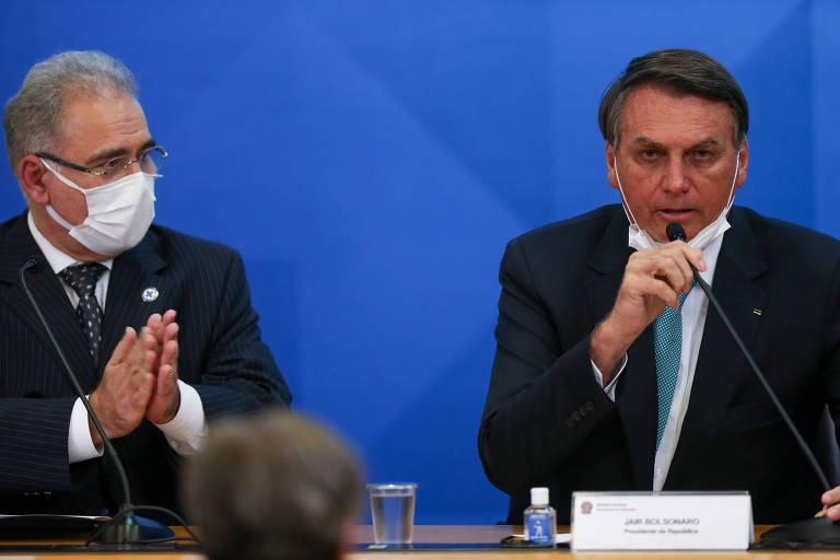 Marcelo Queiroga, de máscara, e o presidente Bolsonaro, sem o acessório, em evento no Ministério da Saúde