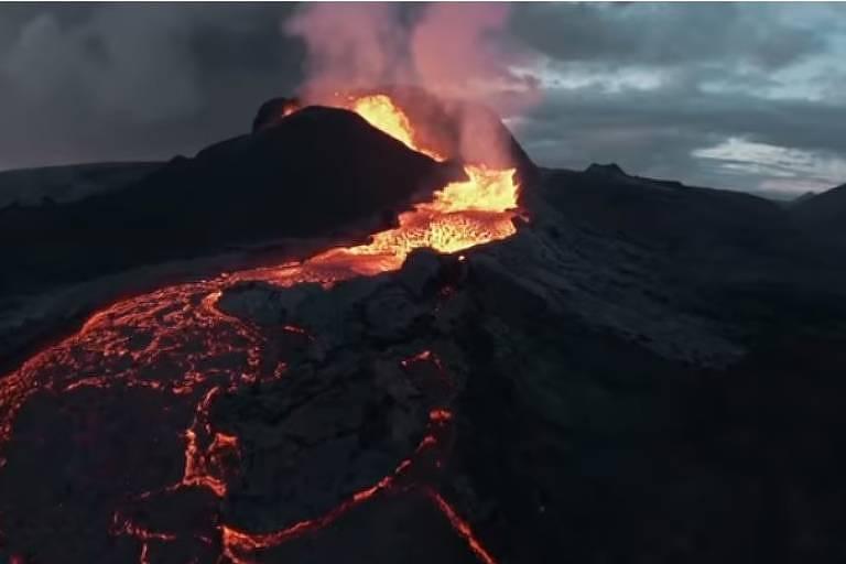 Drone se choca com vulcão em erupção na Islândia; assista