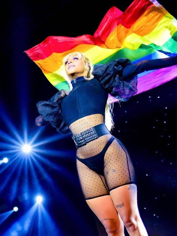 Artista Pabllo Vittar carrega uma bandeira com as cores do arco-íris