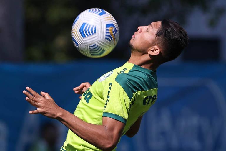 Atacante Rony durante treino do Palmeiras na Academia de Futebol