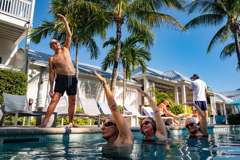 Grupo faz aula de ioga aquática em hotel de Key West, na Flórida, nos EUA