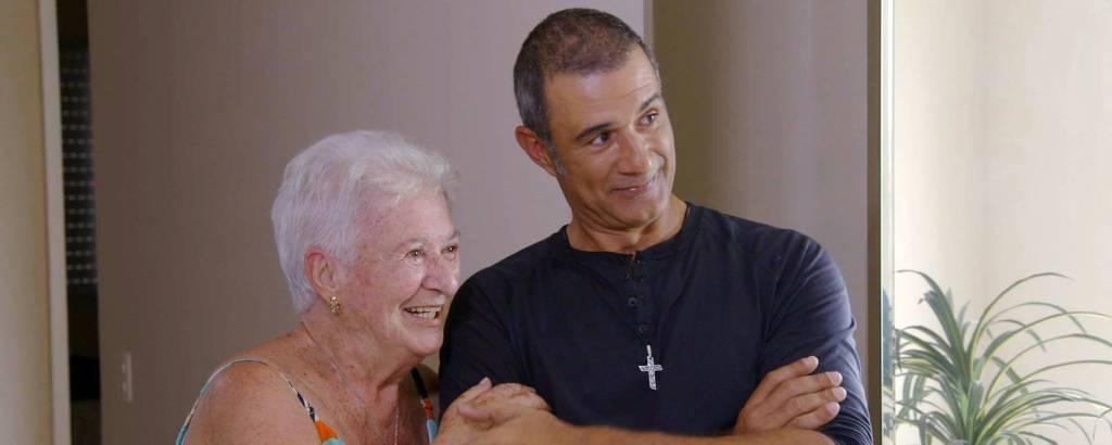 Marcos Pasquim e a mãe no primeiro episódio do programa Te Devo Essa! Brasil